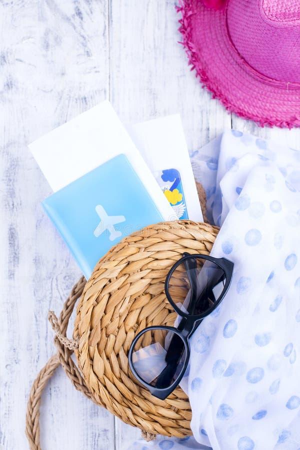 秸杆袋子、帽子、太阳镜和护照一个假期绊倒 复制空间 图库摄影