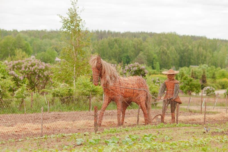 秸杆马,庭院雕塑在有秸杆farmr的一个农场 图库摄影