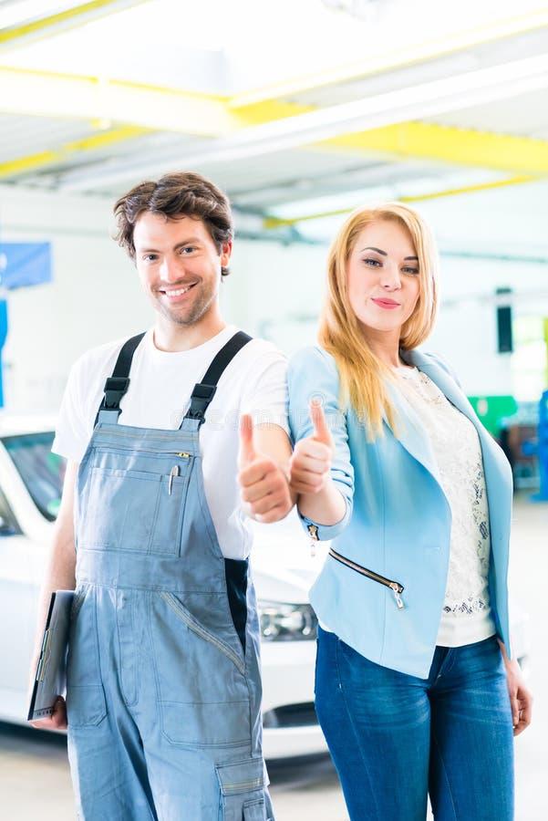 移交汽车的车间技工给客户 库存图片