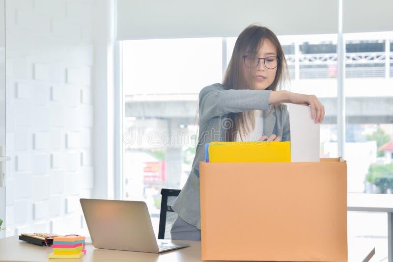 移动一位新办公室或她的女商人失去你的工作 库存图片