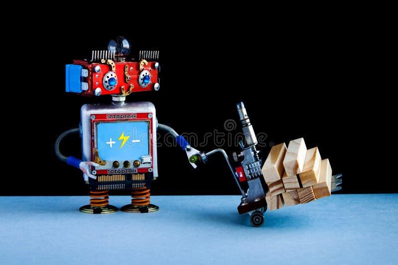 移动与木块的机器人供给动力的板台起重器 铲车在黑墙壁,蓝色地板背景上的推车机制 免版税图库摄影
