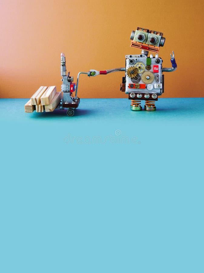 移动与木块的机器人装载者供给动力的板台起重器 铲车在棕色墙壁,蓝色地板背景上的推车机制 库存图片