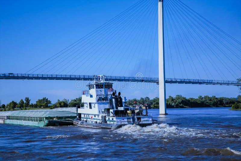 移动向北在河密苏里的驳船在奥马哈 库存图片
