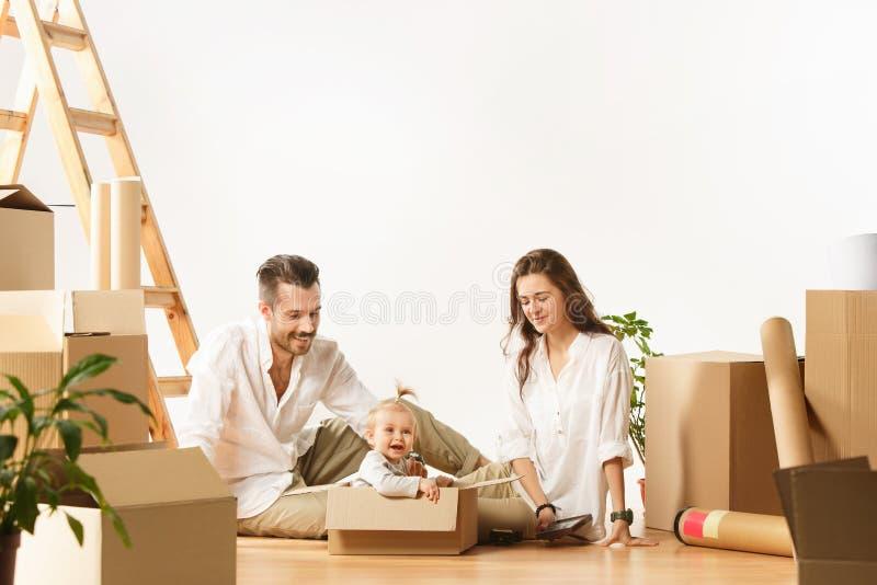 移动向新的家庭的愉快的已婚人的夫妇买一栋新的公寓一起开始新的生活 免版税库存图片