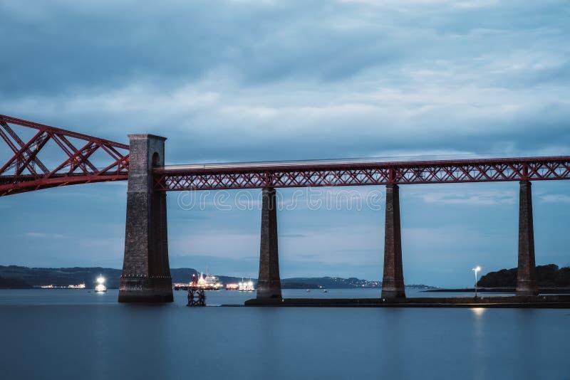 移动在海的一座桥梁的火车 免版税库存照片