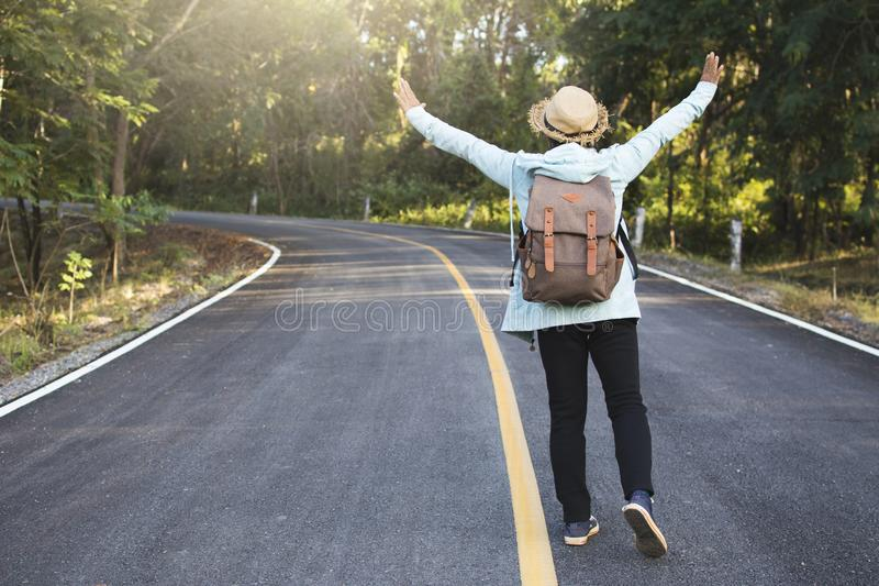 移动在路的愉快的行家老妇人背包放松时间和假日 免版税库存照片