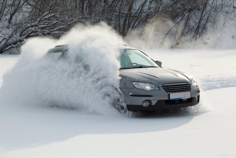 移动在迅速地平稳的雪的汽车 免版税库存图片