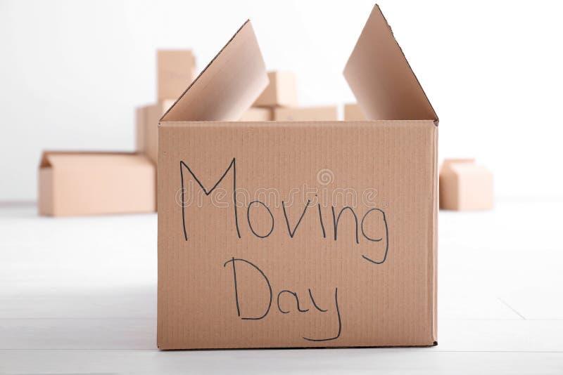 移动房子概念 在地板上的纸盒箱子 免版税库存图片