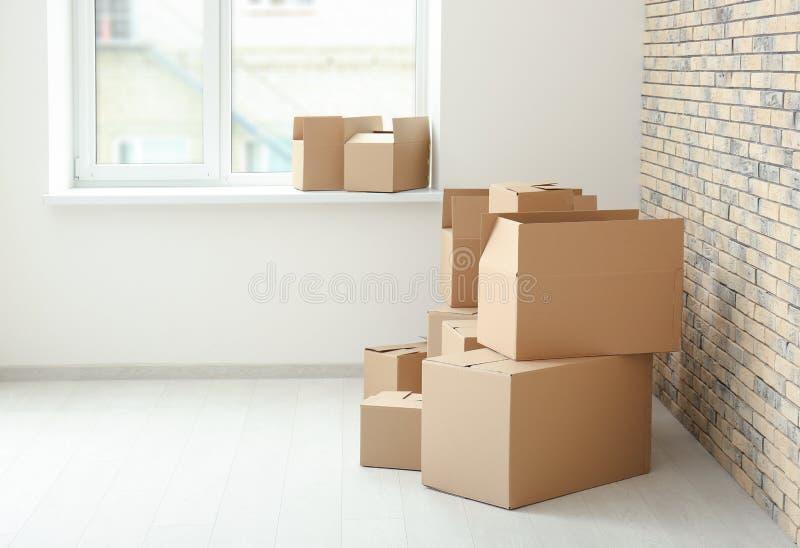 移动房子概念 在地板上的纸盒箱子 库存照片