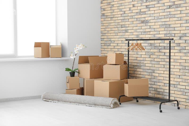 移动房子概念 在地板上的纸盒箱子 免版税库存照片