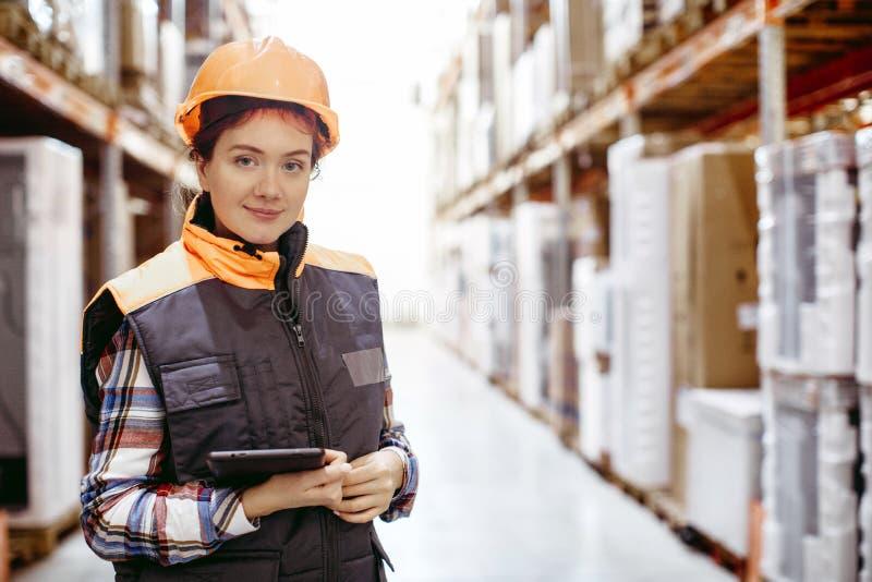 移动数字式片剂仓库的微笑的妇女 库存图片