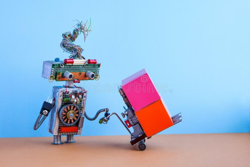移动有供给动力的板台起重器的机器人大容器 机器人后勤送货服务概念 铲车推车机制 免版税库存图片