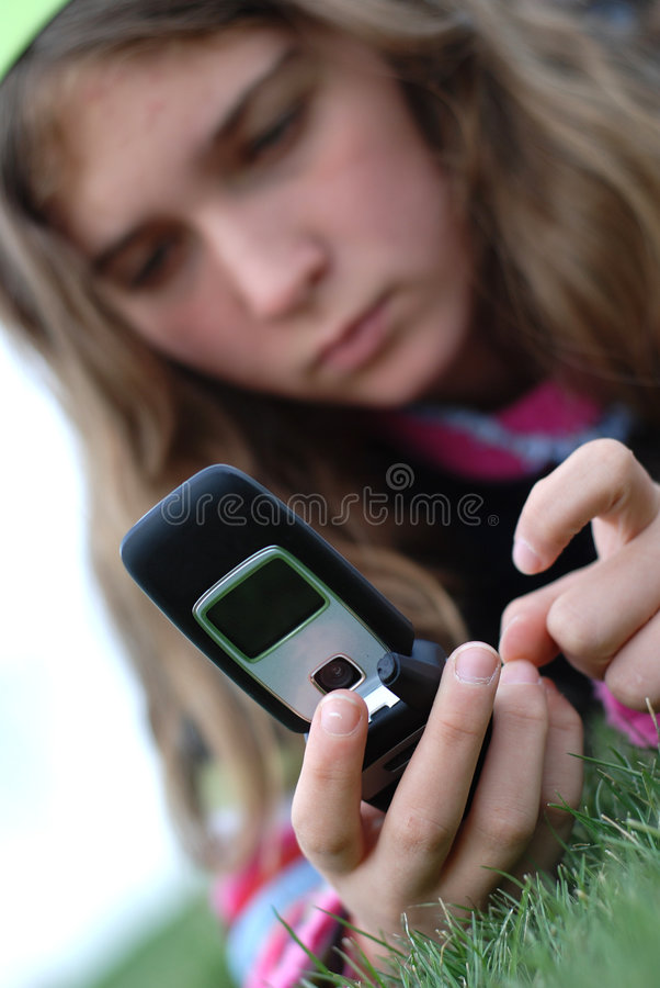 移动电话女孩年轻人 免版税库存图片