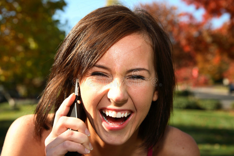 移动电话妇女年轻人 免版税库存照片