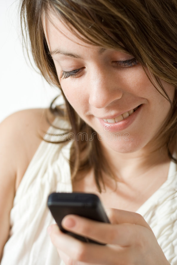 移动电话拨号的女孩 免版税库存照片