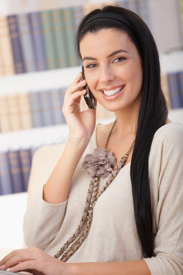 移动电话笑的纵向妇女 库存照片