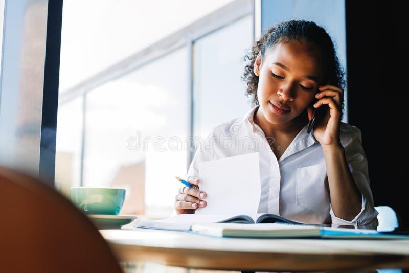 移动电话联系的妇女年轻人 库存照片