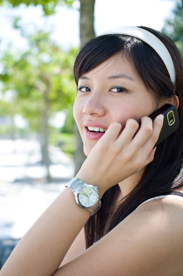移动电话联系的妇女 免版税库存图片