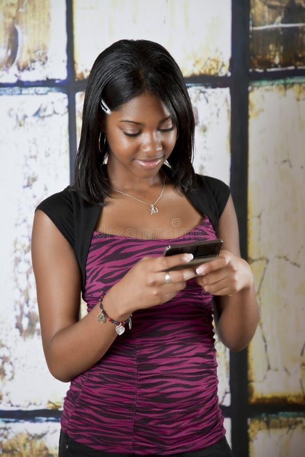 移动电话青少年texting 免版税库存图片