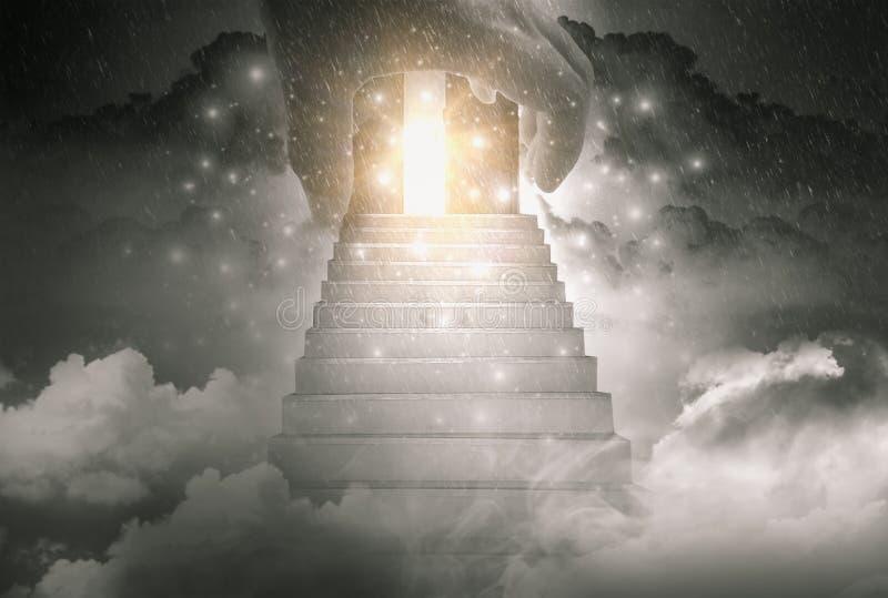 移动的上帝和楼梯的手到天堂门和希望光,背景是亮光和多雨天空 向量例证