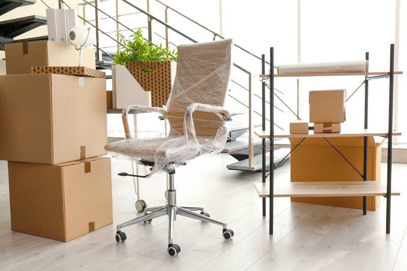 移动的箱子和家具 库存照片