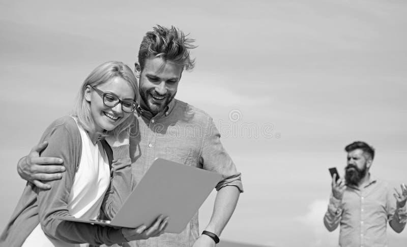 移动运营商给好互联网连接 享受电话 网络覆盖面 夫妇享受与完善的视频通话 库存图片