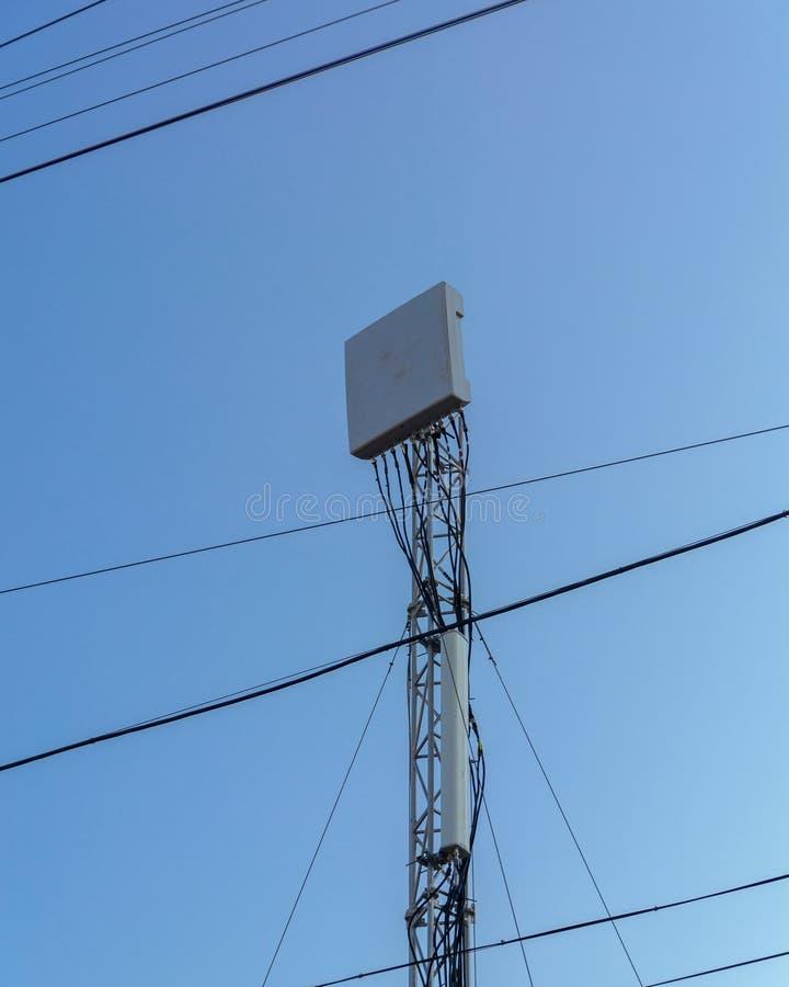 移动通信中继器的天线关于高支持的 缆绳和通讯器材 免版税图库摄影