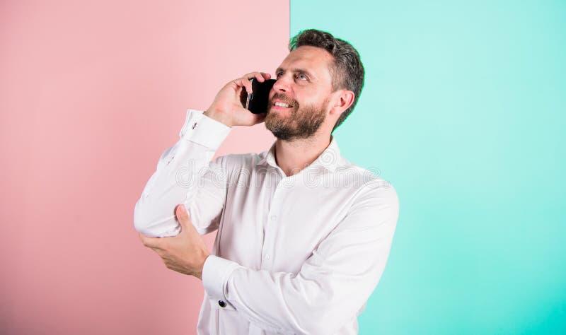 移动通信保留友好的联系 人有胡子的微笑的面孔电话手机 有趣的工作 让我 免版税库存照片