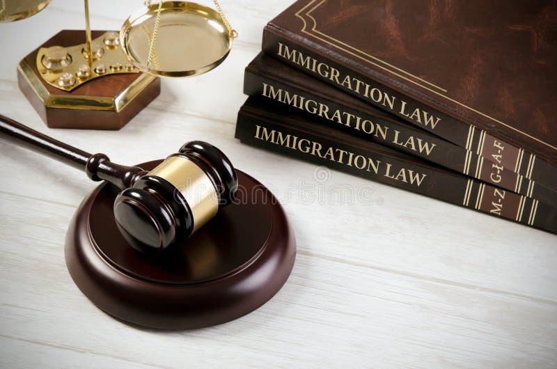 移民与法官惊堂木的法律书籍 库存图片