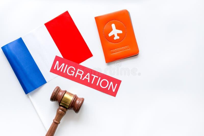 移民法国概念 法国国旗靠近护照,法官锤在白色背景上自上而下复制空间 库存照片