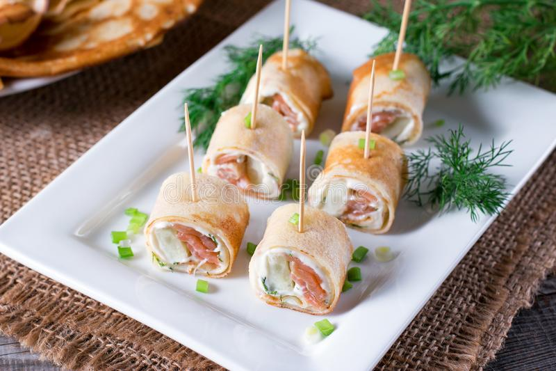 稀薄的薄煎饼劳斯用在板材的熏制鲑鱼和乳脂干酪 库存图片