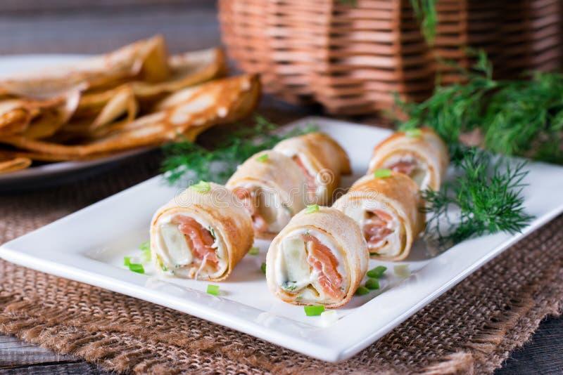 稀薄的薄煎饼劳斯用在板材的熏制鲑鱼和乳脂干酪 库存照片