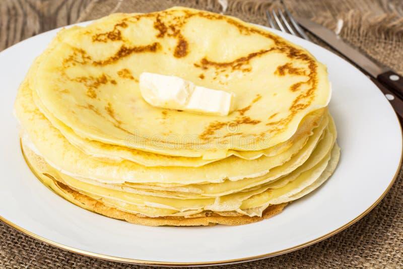 稀薄的薄煎饼用黄油 免版税图库摄影