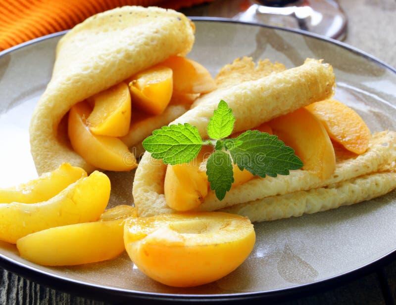 稀薄的薄煎饼(绉纱)用桃子 库存图片