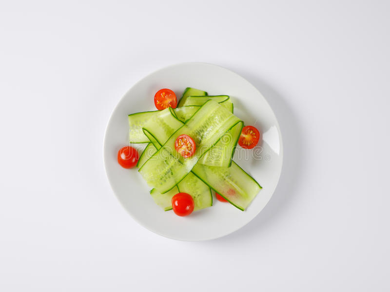 稀薄的黄瓜切片和西红柿 免版税库存照片