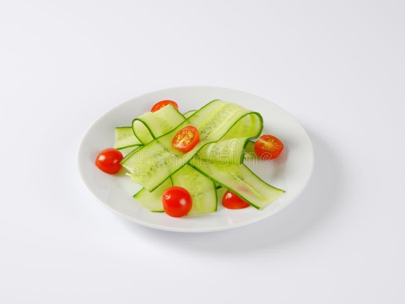 稀薄的黄瓜切片和西红柿 免版税库存图片