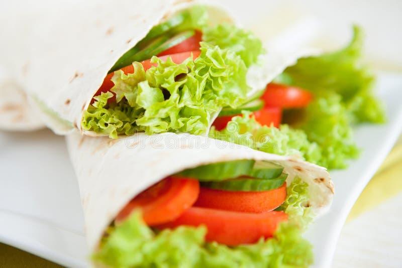 稀薄的pita面包和新鲜蔬菜 免版税库存照片