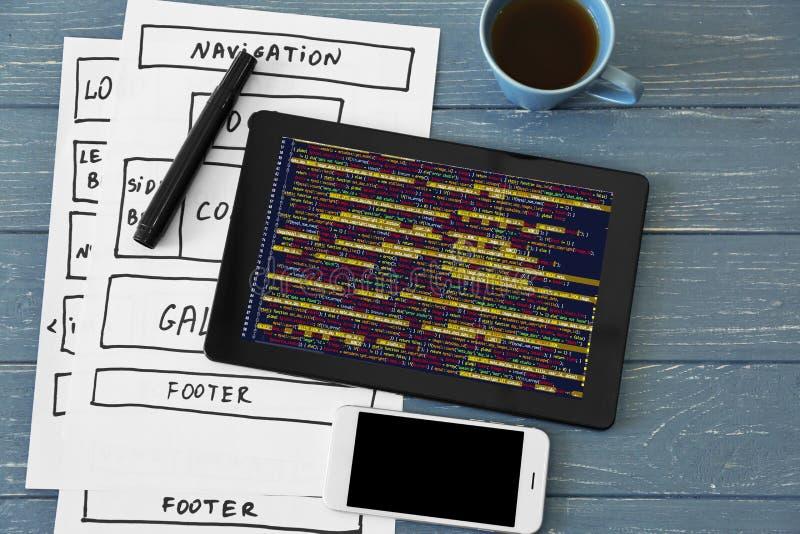 程序员工作场所概念 数字式片剂、智能手机和流程图 库存照片