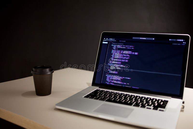 程序员的工作场所,有计划规则的膝上型计算机 网站和应用的发展 图库摄影