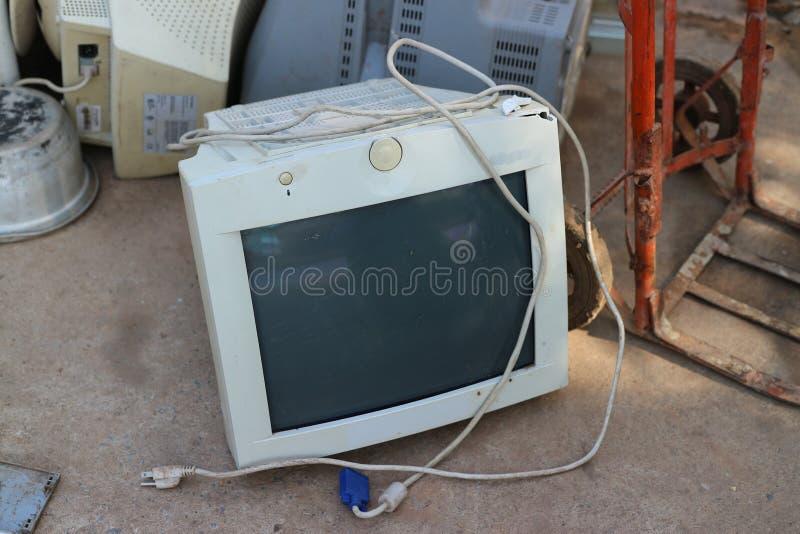 程逸,泰国,2019年5月4日,在古董店里面有放置在地板的一台残破的计算机 免版税库存图片