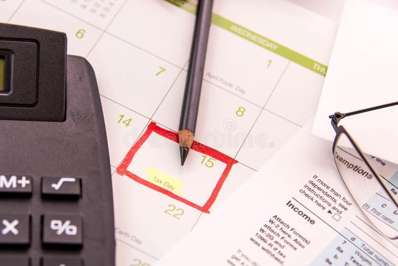 税准备供应、放大镜和报税表 免版税库存图片