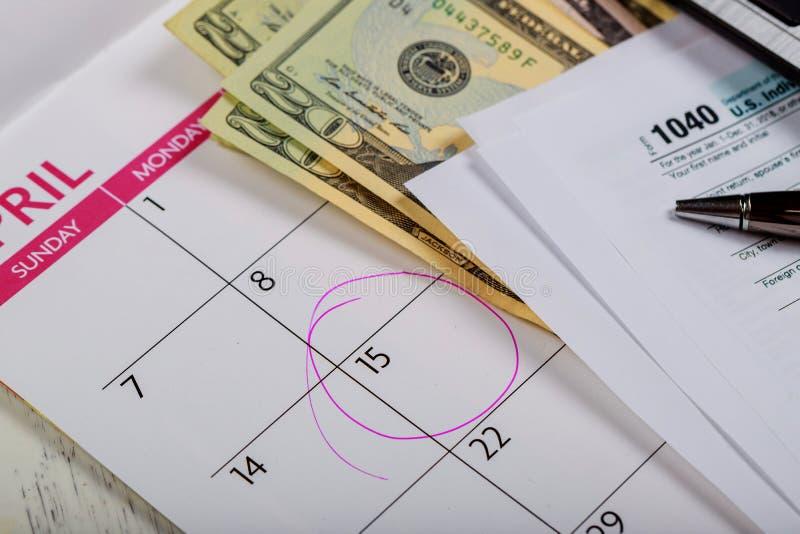 税天 回归与平底锅和美国美元的4月1040形式 免版税图库摄影