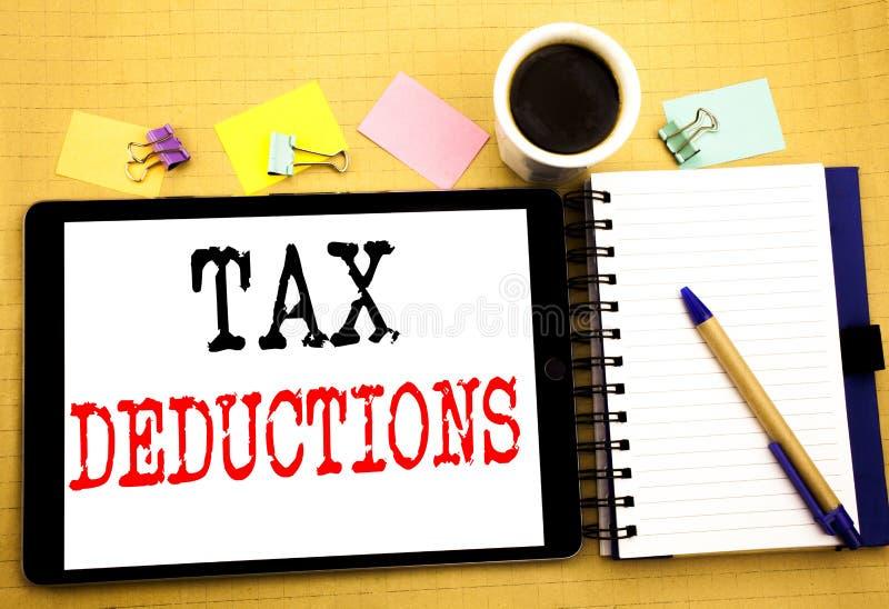 税收减免 在片剂膝上型计算机写的财务接踵而来的税钱扣除的企业概念,与稠粘的木背景 免版税库存照片