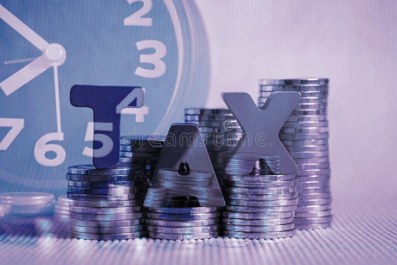 税概念 措辞由与堆的木头做的税字母表硬币 免版税库存图片