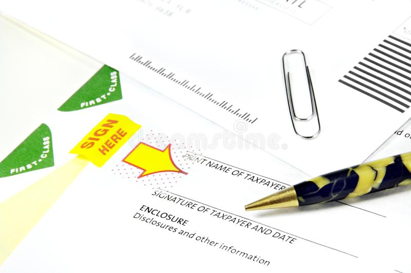 税纸张和古色古香的笔 库存照片