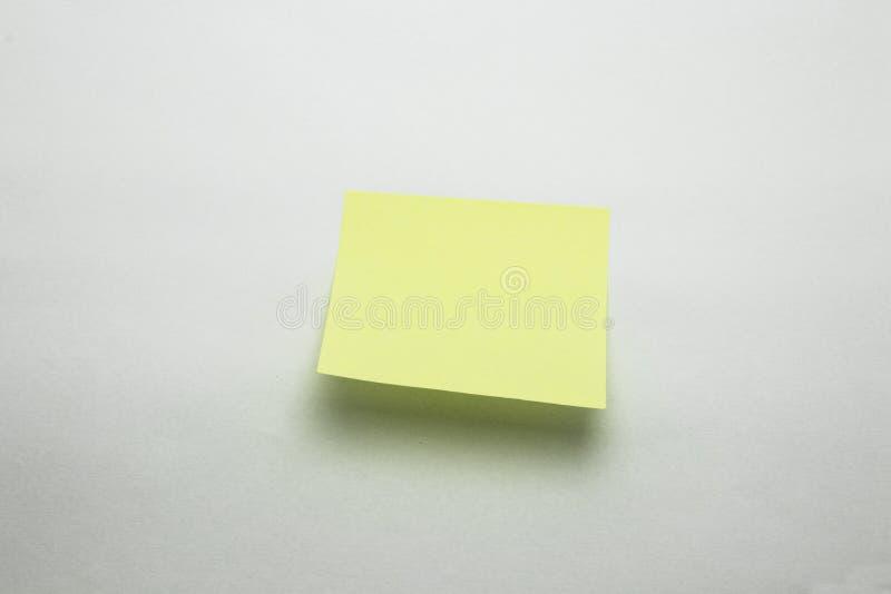 稠粘的笔记黄色提示办公室备忘录 免版税库存照片
