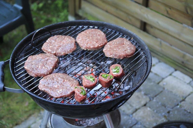 稻、汉堡、香肠和肉卷木炭格栅 免版税库存图片