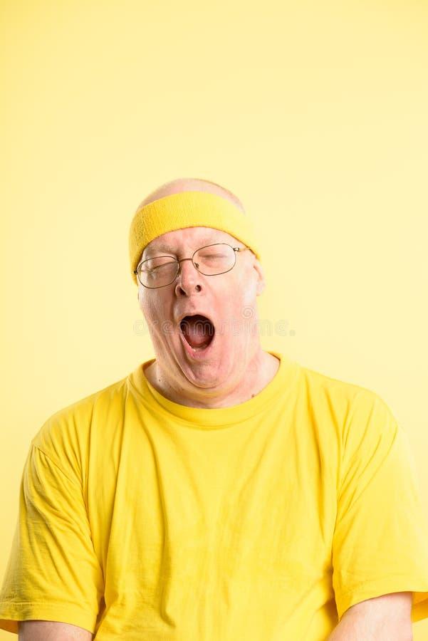 滑稽的人画象真正的人民高定义黄色背景 库存图片