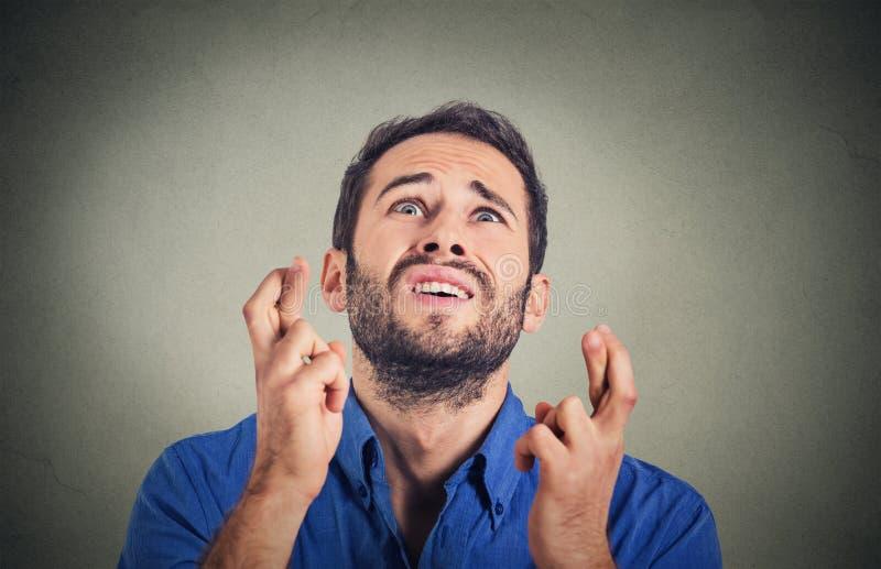 年轻滑稽的人,商人横穿手指,祝愿,盼望最好 免版税库存照片