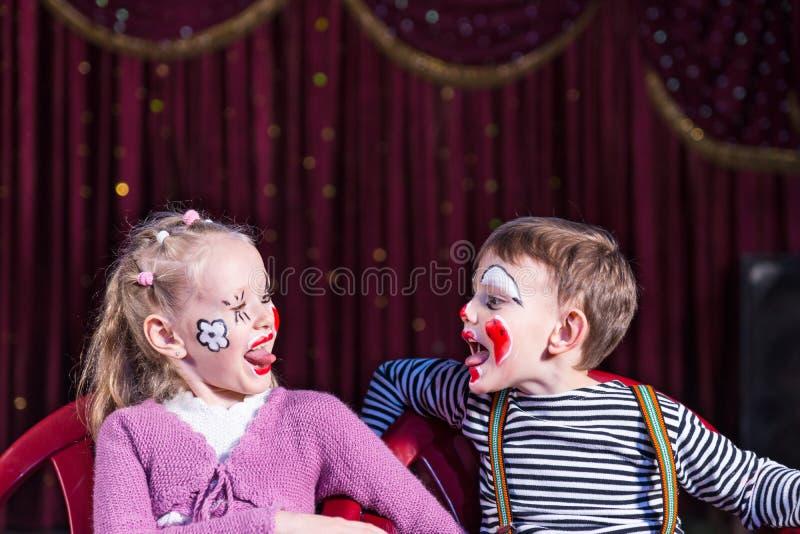 滑稽的伸出舌头的男孩和女孩 库存照片